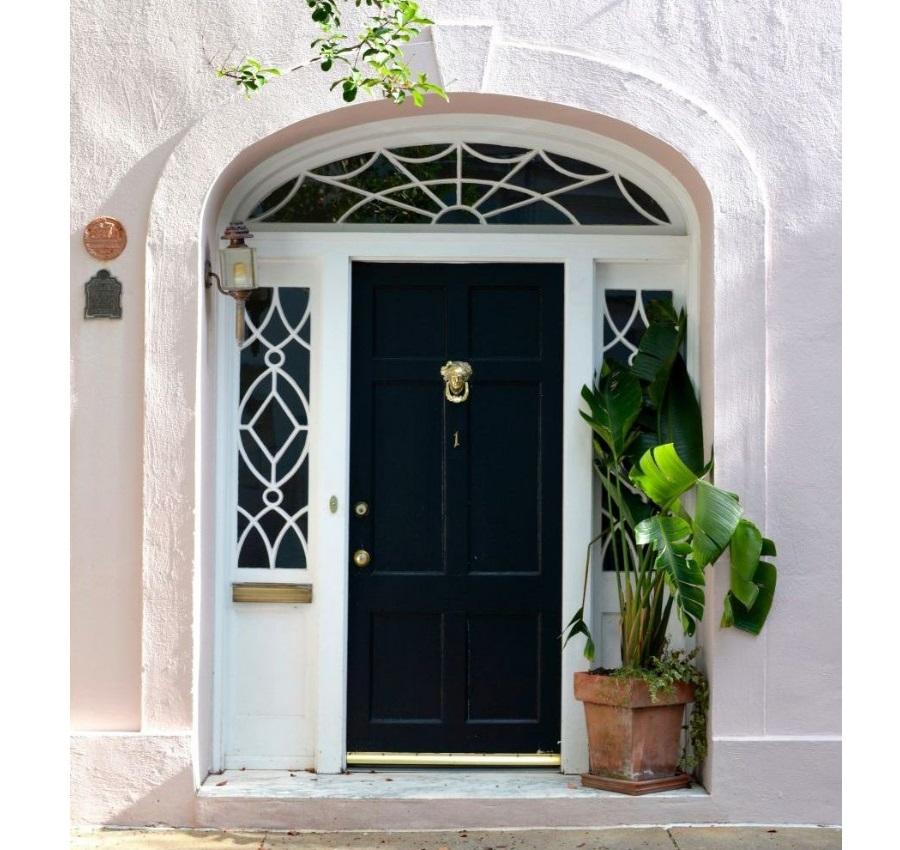 Vchod do domu by měl být jasně viditelný a dveře by měly být perfektně natřené, naprosto bez závad.