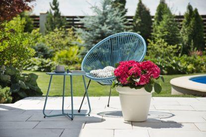 Vyladěná zahrada moderními květináči a truhlíky. Velký přehled zde