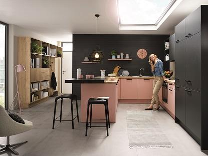 Moderním kuchyním vévodí patchwork a kovové doplňky