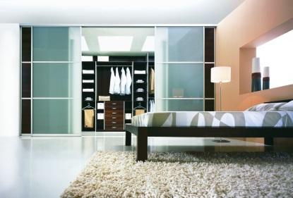 7 tipů, jak rafinovaně využít vnitřní prostory šatní skříně