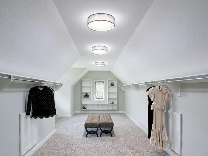Nádherně prosvětlený šatník pomocí světlovodů