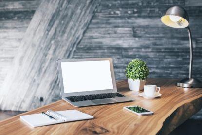 Správná stolní lampa je nenápadná. 4 věci, na které byste při výběru osvětlení měli myslet