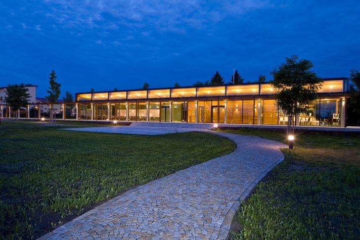 V hlavní roli ušlechtilé dřevo: Kongresové centrum a Obslužná budova z dílny Atelieru Habina soutěží o titul Dřevěná stavba roku