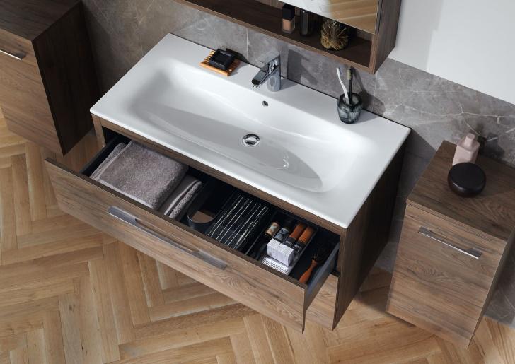 Elegantní umyvadlo se štíhlým okrajem a dobře organizovaný koupelnový nábytek Geberit Selnova