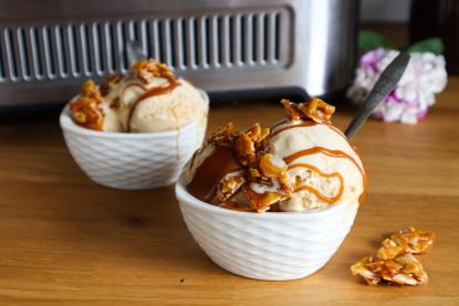 Léto je tady. Připravte si domácí vanilkovou zmrzlinu sgriliášem aslaným karamelem
