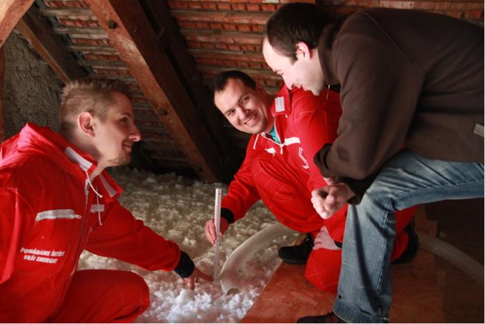 pracovníci IP Polná ukazují zákazníkovi konečnou výšku izolace MAGMARELAX