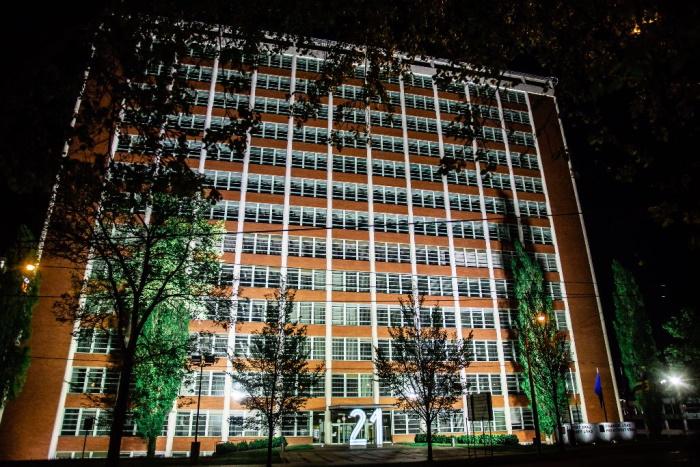 Osvětlení schodiště a slavného výtahu s kanceláří lze dle potřeby stmívat, lze i barevně osvětlit dle potřeb kraje samostatnými svítidly.
