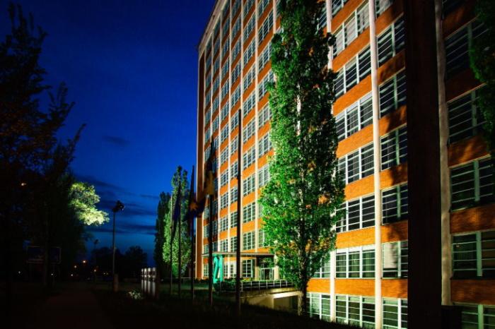 K dosvětlení spodní části budovy byly použity kompaktní lehké LED prostorové světlomety Thorn Areaflood Pro.