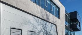 Fasáda s imitací betonu na nové budově SMS Elektro