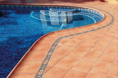 Na co vsadit při výběru keramické dlažby k bazénu? Bezpečnost i design!