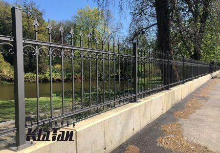 Kovaný plot dodá luxusní vzhled  každému domu a zahradě