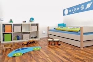 Hravá elektroinstalace do dětského pokoje patří. Vypínač a zásuvka VARIANT v kombinaci bílé a severské modré.