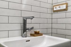 Umístění elektroinstalace v koupelně je dáno normou. Dubový MDF rámeček řady DECENTE.