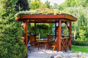 Proč se vyplatí mít na zahradě zahradní domek, altán či dřevěnou chatu?