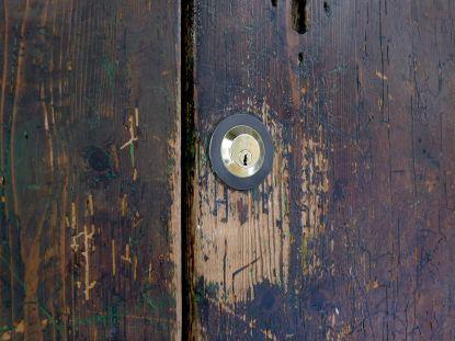 Máte poškrábaná dřevěná okna nebo vchodové dveře? Nezoufejte, lze to opravit!