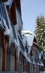 Sníh na střeše dovede potrápit