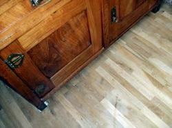 Jak čistit a udržovat lakované dřevěné podlahy