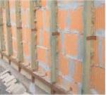 Nejprve je třeba upevnit na vnější povrch zdi rošt z dřevěných latí