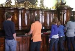 Čeští a němečtí studenti spolupracují na záchraně barokního mobiliáře