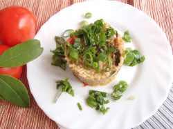 Pilaf z hnědé rýže s čerstvým podzimním špenátem