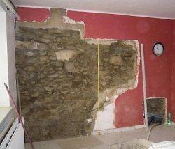 Kamenná zeď během rekonstrukce