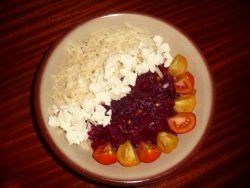 Salát s červenou řepou a sýrem
