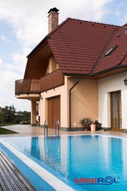 Předokenní rolety v dřevěné imitaci s bazénem
