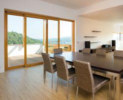 Bezúdržbový hliník v exteriéru a krásné přírodní dřevo v interiéru