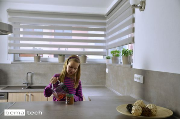 Pohled na kuchyň s látkovými roletami twintex