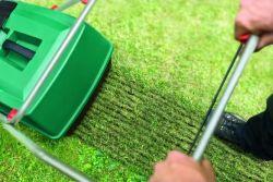 Vertikutace trávníku s pomocí elektrického vertikutátoru Bosch
