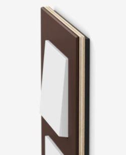 Také část rámu pod linoleum je klasika moderního interiéru. Poprvé je však použit v řadě spínačů Gira Esprit linoleum multiplex. Na rám je použito 3,4 mm silné pětivrstvé křížově lepené mimořádně robustní březové dřevo.