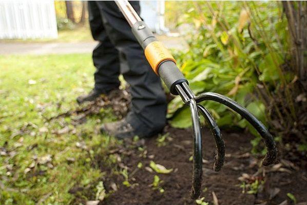 Půdu na jaře je potřeba prokypřit. Ideálně vám k tomu poslouží kultivátor, který je určen ke kultivaci a provzdušnění záhonů.