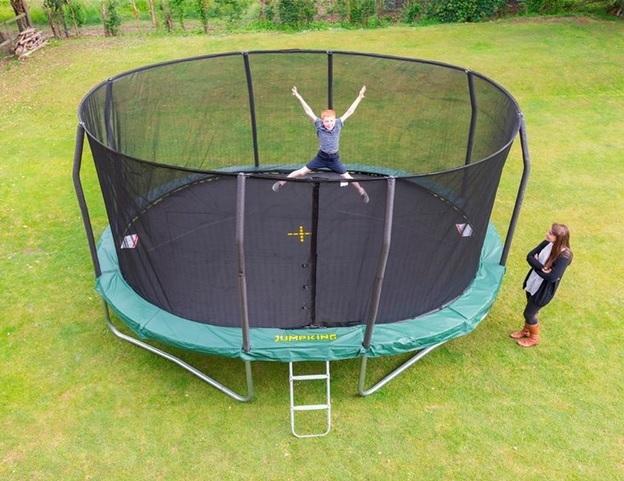 Trampolína JumpKING OvalPOD 4,3 x 5,2 M, cena: 17 990 Kč (www.trampoliny-jumpking.cz)