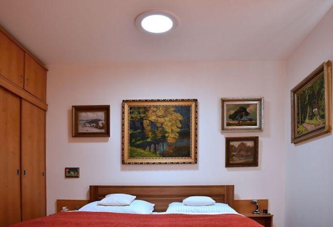 Zdravé denní světlo v ložnici rodinného domu – Brno