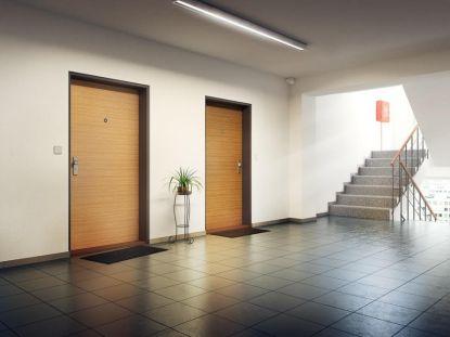 Bydlíte v paneláku? Rady, podle čeho vybírat vstupní dveře a na co si dát pozor