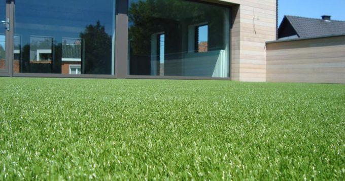 Umělá tráva dodá každé terase luxusní vzhled. Velkou výhodou je přitom dlouholetá životnost a minimální nároky na údržbu.