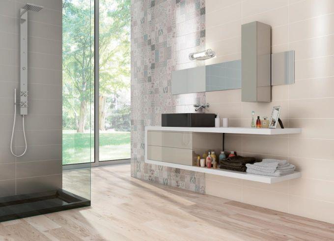 Jednoduchý základní obklad doplněný obkladem s patchworkovým vzorem a dlažba v imitaci dřeva to je přece luxusní koupelna.