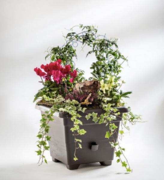 Samozavlažovací květináč Bergamot ve světle šedé barvě s doporučenou cenou 93 Kč
